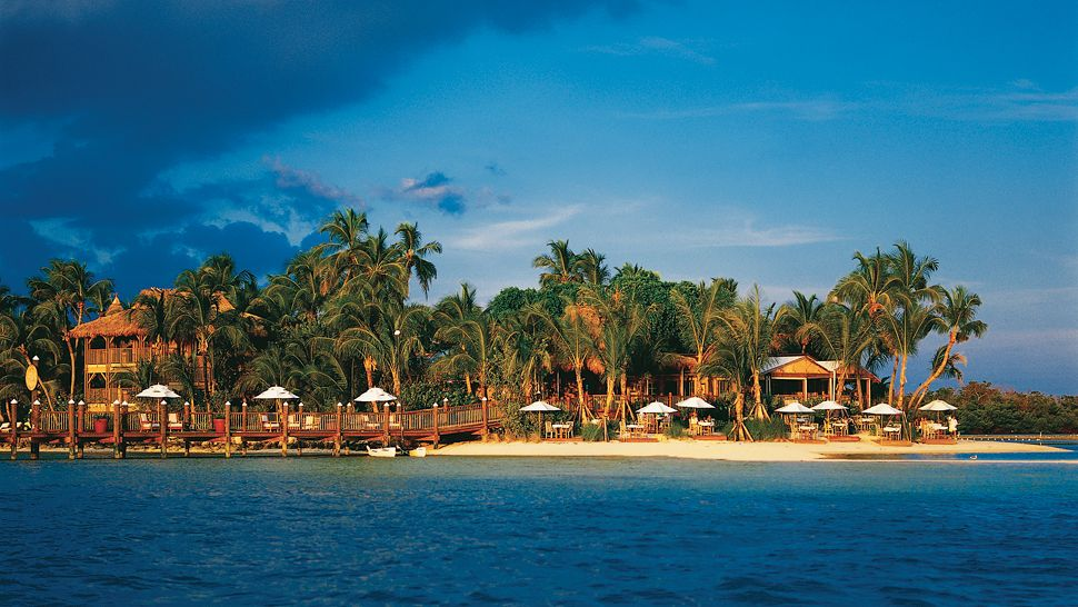 Top 10 world s most exclusive island resorts the luxury for Small luxury hotel 7 little words