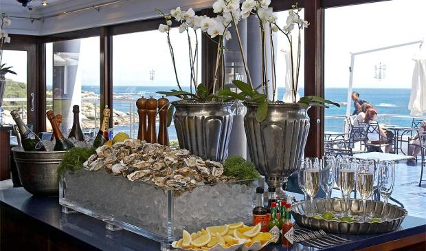 BREAKFAST WITH SPARKLING WINE AND FRESH OYSTERS