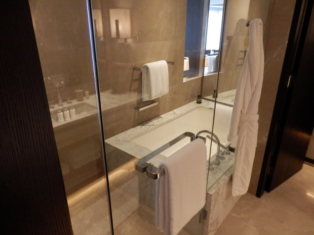 PREMIER ROOM: BATHROOM
