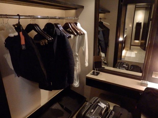 PREMIER ROOM: WALK-IN WARDROBE