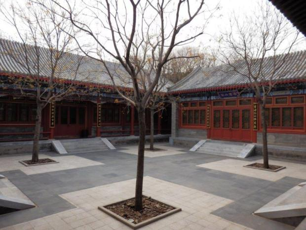COURTYARD BETWEEN LOBBY AND LIBRARY
