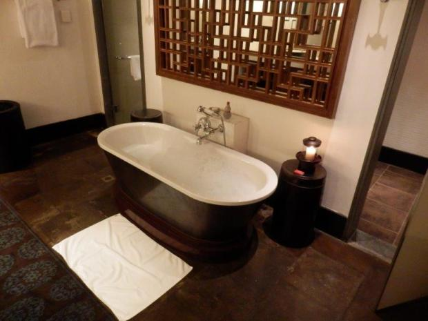 COURTYARD SUITE: BATHROOM