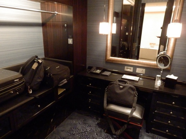 DELUXE RIVER ROOM: WALK-IN CLOSET