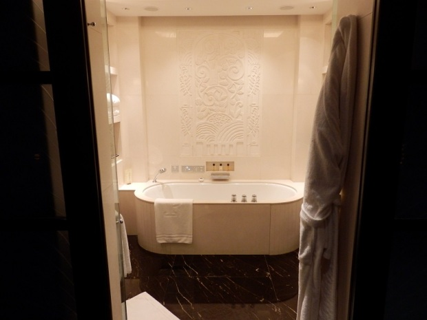 DELUXE RIVER ROOM: BATHROOM