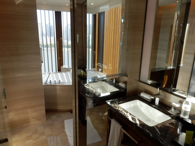 RIVER VIEW SUITE: BATHROOM