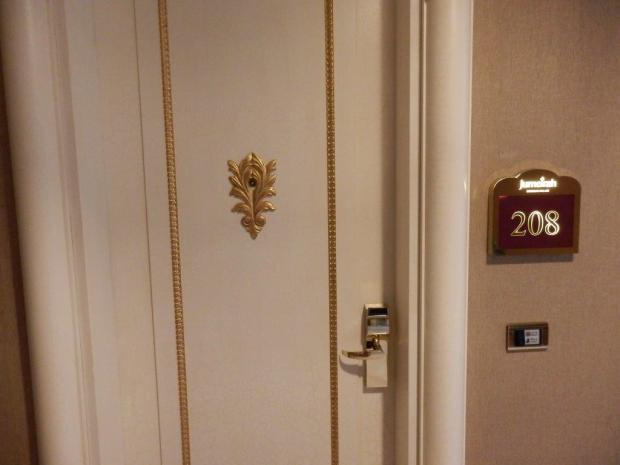 ENTRANCE TO GRAND SUITE NR 208
