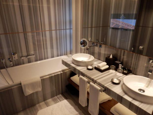 GRAND DELUXE ROOM: BATHROOM