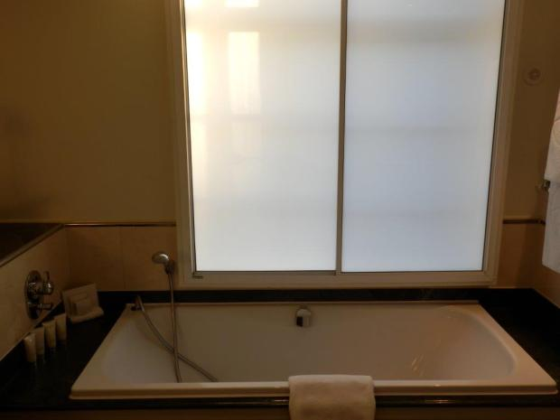 GRAND EXECUTIVE ROOM: BATHROOM