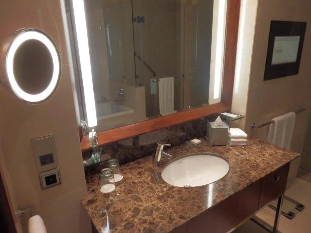 DELUXE ROOM: BATHROOM