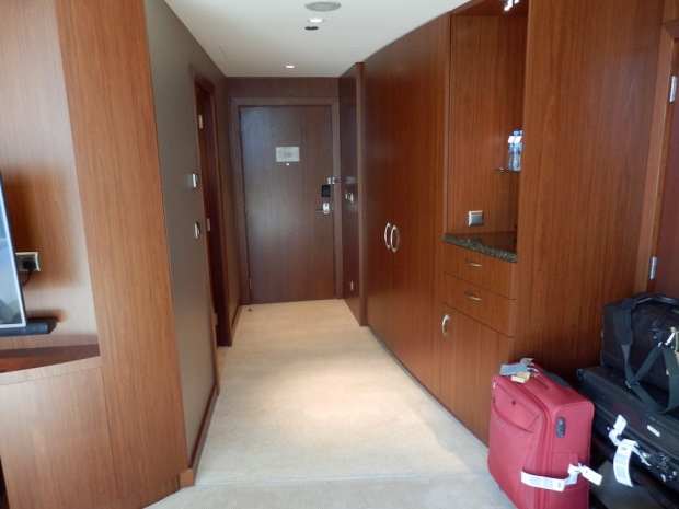 DELUXE ROOM: ENTRANCE