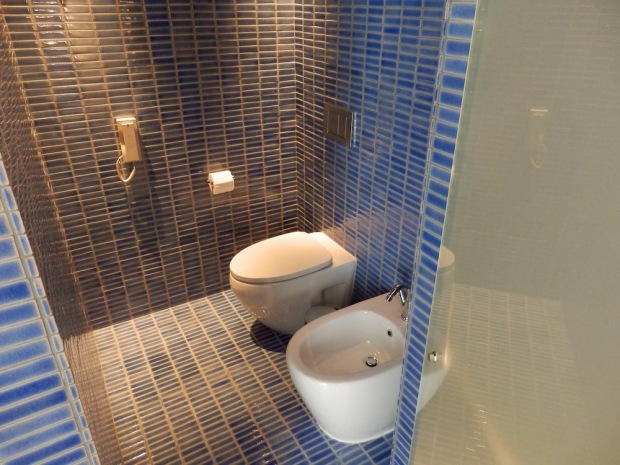 BAY SUITE: BATHROOM