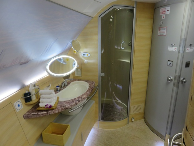 EMIRATES - SHOWER