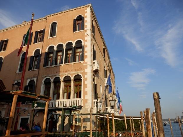 HOTEL EXTERIOR: STREET FACADE